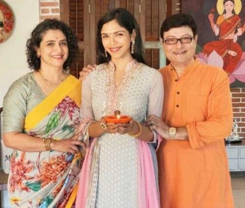 actress supriya family photo