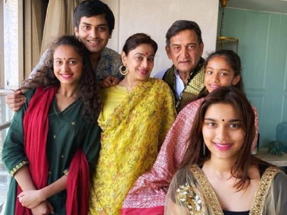 mahesh manjrekar family